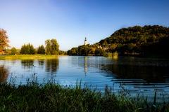 Atmosfera idílico pelo lago no por do sol imagens de stock