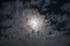 Atmosfera lunare spettrale delle nuvole della luna piena di notte di alone di effetto della nuvola di mistero luminoso del cielo Fotografia Stock Libera da Diritti