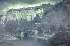 Atmosfera surreale al castello di Cesky Krumlov con nebbia il giorno autunnale Fotografia Stock