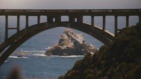 Atmosferisch die close-up van iconische Bixby-Canionbrug, Weg Één en Vreedzame Oceaankust in Big Sur Californië de V.S. wordt ges stock footage