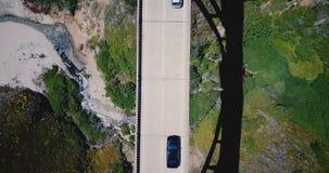 Atmosferisch hoogste menings lockdown luchtschot, auto's het drijven op Bixby-Kreekbrug bij Weg 1 met mooie rond aard stock video