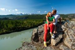 Atmosferisch ogenblik voor minnaars in de bergen royalty-vrije stock afbeelding