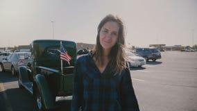 Atmosferisch portret van de jonge mooie glimlachende vrouw van het land met vliegend haar bij grote Amerikaanse parkeerterrein la stock videobeelden