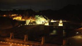 Atmosferisch schot van Hoover-Dam bij middernacht stock videobeelden
