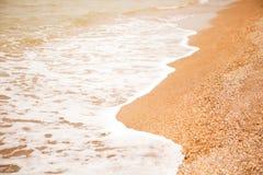 Atmosferische, melancholische stemming, vage achtergrond Weergeven van shell strand en overzeese schuimende golven Voor ontwerpmo royalty-vrije stock afbeeldingen