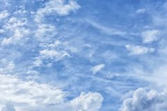 Atmosferyczny błękitny chmurny niebo Puszyste chmury, wielki światło Obrazy Royalty Free