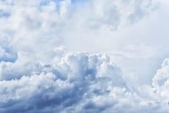 Atmosferyczny błękitny chmurny niebo Puszyste chmury, wielki światło Fotografia Stock