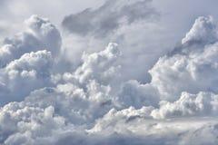 Atmosferyczny chmurny niebo Puszyste chmury, wielki światło Zdjęcia Stock