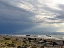 Atmosferyczny widok pusta Ayia Eirini plaża w Cypr na wietrznym burzowym dniu obrazy royalty free