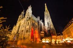 Atmosferyczny widok, Zamazany ruch Wiedeń ` s Stephansdom z bożymi narodzeniami Wprowadzać na rynek przy nocą, Wien lub Wiedeń, A obrazy royalty free