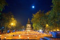 Atmosfär i buddismdag på templet Arkivfoton