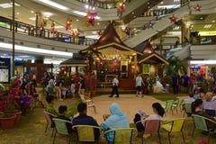 Atmoshphere de Hari Raya Puasa (Eid al-Fitr) en alameda de compras en Malasia durante el período festivo fotos de archivo