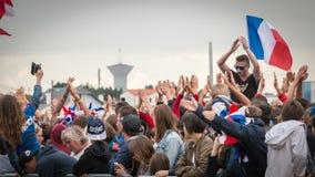 Atmosphäre des Fußballfans in einer Fanzone während des Schlusses von Stockbilder