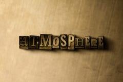 ATMOSPHÄRE - Nahaufnahme des grungy Weinlese gesetzten Wortes auf Metallhintergrund stock abbildung