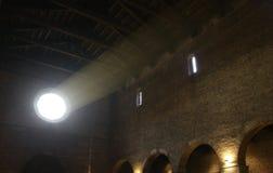 Atmosphärischer Lichtstrahl, das den Innenraum ein ancie belichtet Lizenzfreie Stockfotos