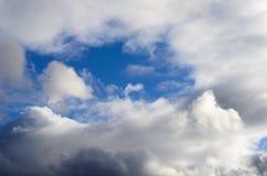 Atmosphärischer Wirbelsturm fängt an, die Wolken des blauen Himmels von verschiedenen Formen und von Größen zu schließen lizenzfreie stockfotografie