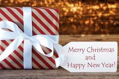 Atmosphärisches Geschenk mit Aufkleber, frohen Weihnachten und guten Rutsch ins Neue Jahr Stockfotos