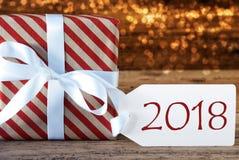 Atmosphärisches Weihnachtsgeschenk mit Aufkleber, Text 2018 Stockbild