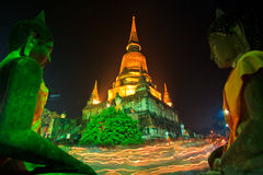 Atmosphäre am Buddhismustag am Tempel Lizenzfreie Stockfotos