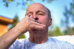 Atmungspranayama yoga des hübschen reifen Mannes am sonnigen Tag des Sommers draußen Lizenzfreie Stockfotos