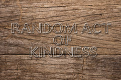 Ato aleatório da bondade escrito no fundo de madeira Foto de Stock Royalty Free