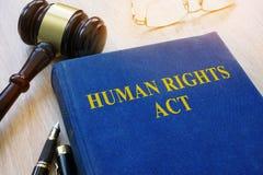 Ato dos direitos humanos em uma tabela Imagens de Stock Royalty Free