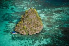 Atolón de la isla del paraíso en el mar Fotos de archivo libres de regalías