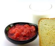 Atolamento, pão e leite de morango fotos de stock royalty free
