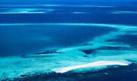 Atoll dans l'océan photos libres de droits