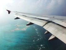 Atoll an tropischem Strand Malediven mit blauem Meer von der Flugzeugansicht lizenzfreie stockfotografie