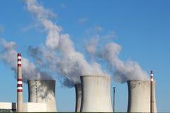 atom- coolin fyra torn för strömstation Arkivfoton