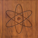 Atome de signe sur le bois Photo stock