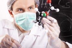Atomes d'Examing de scientifique Photos stock
