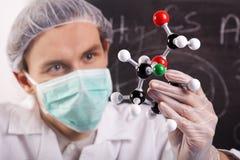 Atomes d'Examing de scientifique Images stock