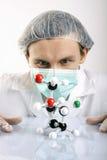 Atomes d'Examing de scientifique Images libres de droits