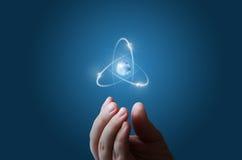 Atomi che volano lungo l'orbita nella mano fotografia stock libera da diritti