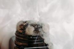 Atomiseur de RDA pour vaping ou e-cigarette avec la bobine de Clapton d'étranger, processus de faire la vapeur, dispositif modern images libres de droits
