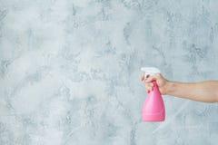 Atomizador da posse da mão da limpeza de janela da limpeza da casa imagem de stock royalty free