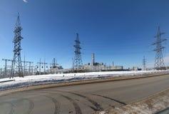 Atomkraftwerk auf der Horizontlinie im Winter Stockfotografie