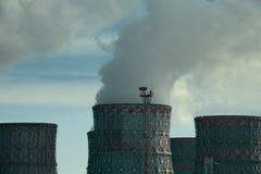 Atomkraftwerk-Kaminturm mit Rauche oder Dampf, Energieindustriekonzept Stockfotografie