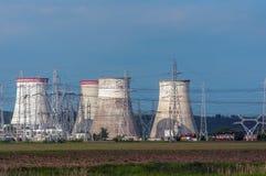 Atomkraftwerk mit elektrischen Masten Stockfotografie