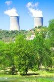 Atomkraftwerk nahe einem Fluss lizenzfreies stockbild