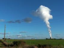 Atomkraftwerk Wassererkühlungstürme des Atomkraftwerks in Frankreich Lizenzfreie Stockbilder
