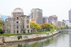 Atomowa kopuła i rzeczny widok przy Hiroszima pokoju pamiątkowym parkiem Fotografia Stock