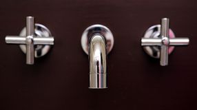 Atontando, golpecitos a estrenar brillantes en cuarto de baño Foto de archivo