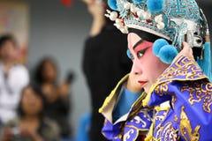 Ator chinês da ópera que começ pronto para uma mostra Imagem de Stock