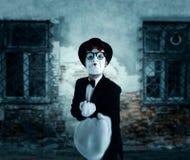 Ator da pantomima no pugilista das mostras dos vidros Imagens de Stock Royalty Free