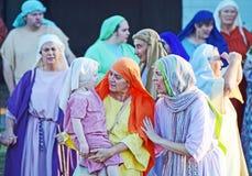 Atores da equipe que actuam como as mulheres judaicas na paixão Jesus Christ jogam fotos de stock royalty free