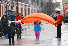 Atores da rua que cumprimentam crianças imagens de stock royalty free