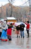 Atores da rua que cumprimentam visitantes da celebração Imagens de Stock Royalty Free